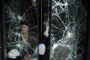 Ein zerstörtes Schaufenster an den Champs Élysées nach den Gilet-Jaunes-Krawallen vom 16. März 2019. (Bild: Julien de Rosa/EPA)