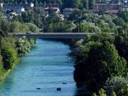 Die Aare in Bern lockt im Sommer viele Schwimmer und Bootfahrer an. Doch das Vergnügen im Wasser ist nicht ungefährlich. (Bild: KEYSTONE/ANTHONY ANEX)