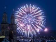 Immer mit lauten «Ahs» und «Ohs» begrüsst: Feuerwerk, hier hinter dem Grossmünster am Züri Fäscht in Zürich. (Bild: KEYSTONE/ENNIO LEANZA)