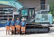 Cedric, Sandro, Raphael und Hans Alpiger (von links) von der Gebr. Alpiger AG in Alt St.Johann vor ihrem neuen Hybridbagger. (Bild: Michael Hehli)