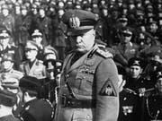 Der italienische Diktator Benito Mussolini im Februar 1943, rund zwei Jahre vor seinem Tod: am Sonntag wird die Familienkrypta in seinem norditalienischen Heimatdorf Predappio der Öffentlichkeit zugänglich gemacht. (Bild: KEYSTONE/AP NY)