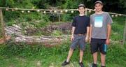 Gilles Zgraggen (links) und Micheal Arnold neben ihrem selbst gebauten Fischteich. (Bild: Franz Imholz, Witerschwanden, 17. Juli 2019)