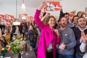 Flavia Kleiners Jubel im pinken Mantel: Dieses ikonenhafte Bild entstand am 28. Februar 2016, als klar war, dass die SVP-Durchsetzungsinitiative abgelehnt wird. (Bild: Keystone/Lukas Lehmann)