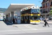 Ein bisheriges Doppelstock-Postauto ist zur Abfahrt ab Wattwl bereit. (Bild: Martin Knoepfel)