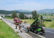 Die Feuerwehr konnte den Fahrzeugbrand rasch löschen. (Bild: Kantonspolizei Schwyz)