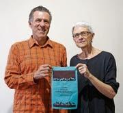 Stadtrat und Ideengeber Gregor Rominger sowie Künstlerin Cornelia Bein zeigen einen Robidog-Beutel mit besonderem Design.Bild: PD