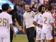 Zinedine Zidane beobachtet den Auftritt seiner Spieler gegen Stadtrivale Atlético kritisch (Bild: KEYSTONE/AP/STEVE LUCIANO)