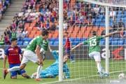 Basels Goalie Jonas Omlin hat das Nachsehen, Cedric Itten bejubelt sein 1:0. (Bild: Georgios Kefalas/KEY)