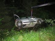 Einem Fuchs ausgewichen: Das Auto überschlug sich mehrmals, der Lenker verletzte sich leicht. (Bild: Kantonspolizei Aargau)
