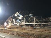 In Birsfelden BL hat der Gewittersturm in der Nacht einen 400-Tonnen-Brückenkran zum Einsturz gebracht. (Bild: K)