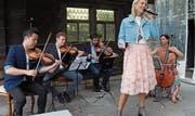 So hat man die Schlagersängerin noch nie gesehen: Kurz vor dem 1. August trat Linda Fäh gestern auf dem Rütli mit einem klassischen Orchester auf. Bild: Robi Kuster (Rütli, 18. Juli 2019)