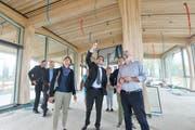 Regierungsräte besichtigen die Baustelle. (Bild: Donato Caspari)
