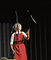 Der elfjährige Moritz Boll jongliert mit messerscharfen Säbeln. (Bild: Michael Hug)