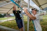 Die Aufbauarbeiten für das Festival sind in vollem Gang – rechts Bauchef Daniel Zihlmann. (Bilder: Eveline Beerkircher, Schüpfheim 27. Juli 2019)