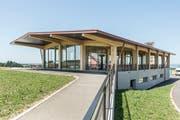 Das Gemeinschaftshaus und Gastrogebäude des Ekkarthofs in Lengwil. Auf den steinernen Sockel setzte Architekt Lukas Imhof eine Konstruktion aus Eschenholz, ausgefacht mit Glas. (Bild: Hanspeter Schiess)