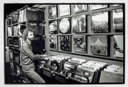 Der junge Johnny Lopez als versierter Plattenverkäufer. (Bild: Archiv Peter Hummel)