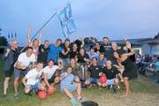 Das Siegerteam samt Staff präsentiert den Pokal an der Meisterfeier im Freibad Hörnli. (Bild: Mario Gaccioli)
