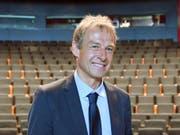 Könnte bei seinem Herzensklub VfB Stuttgart bald wieder eine wichtige Rolle übernehmen: der frühere deutsche Bundestrainer Jürgen Klinsmann (Bild: KEYSTONE/EPA DPA/MARTIN SCHUTT)