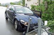 Das eine Auto prallte gegen einen Maschendrahtzaun und einen Briefkasten. (Bild: Luzener Polizei)