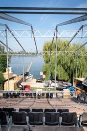 Da war die Seebühne noch im Aufbau: Die Zuschauer nehmen in Steinach auf einer Tribüne Platz. (Bild: Ralph Ribi/Tagblatt)
