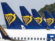 Ryanair hat mit dem Preisdruck zu ringen: Die irische Billigfluggesellschaft hat deshalb einen Gewinnrückgang verbuchen müssen. (Bild: KEYSTONE/EPA/STEPHANIE LECOCQ)