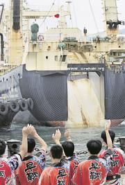 Das Walfang-Schiff Nisshin Maru läuft aus. Bild: Yomiuri Shimbun/AP (Shimonoseki, 1. Juli 2019)