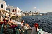 Feriengäste sitzen in einer Bar in Mykonos. (Bild: Getty Images)