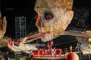 Bregenzer Festspiele: Bewegt von einer mächtigen Hydraulik und ausgeklügelter Programmiertechnik, hebt und senkt sich der 13,5 Meter hohe Kopf, dreht sich nach rechts und nach links, öffnet den Mund und schliesst ihn wieder. (Bild: KEYSTONE/Eddy Risch)