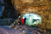 Einsatzkräfte der Bergwacht und Feuerwehrleute sind an der Falkensteiner Höhle in Baden-Württemberg im Einsatz. Dort wurden zwei Männer durch ansteigende Wassermassen eingeschlossen - einer konnte bisher gerettet werden. (Bild: Krytzner / Keystone)