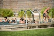 Die Badegäste entspannen im Sprudelbad - ohne Bierdose. (Bild: Reto Martin)