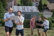 Das Team des Solar-Jungunternehmens EVG-Zentrum vor dem Prototyp-Haus in Horw (v.l.): Cyrill Burch, Fabian Jacobs, Luca Grossmann, Manfred Meintjes und Meinhard Meintjes (es fehlt Leo Felber). Bild: Nadia Schärli (25. Juli 2019)