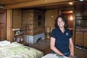 Mara Simonetta in der Wohnung, die sie vermietet. Charakteristisch sind die alten Kachelöfen. (Bild: Nadia Schärli, Dietwil, 15. Juli 2019)