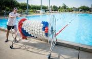 Bademeister Michael Frauenknecht will mit einer Schwimmleine eine Bahn im Schwimmerbecken abtrennen. (Bild: Reto Martin)