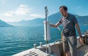 Michael Feld entnimmt einmal pro Monat Wasserproben aus dem Zugersee (Bild: Dominik Wunderli, Walchwil, 25. Juli 2019)