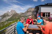 Längst nicht alle Berggänger kreuzen in der von ihnen reservierten Berghütte auf – wie André, Rolf, Thomas und Robby, die vor der Rugghubelhütte des Schweizer Alpenclubs gerade einen Jass klopfen. (Bild: Philipp Schmidli (Engelberg, 27. Juli 2019)