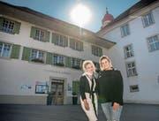Corinne Juric (rechts), hier zusammen mit Beraterin Anita Akermann, ist die neue Pächterin des «Löwen». (Bild: Pius Amrein, 29. Juli 2019)