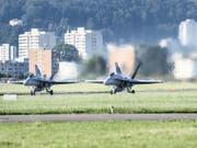 Nachdem der Funkkontakt zu einem Flugzeug abgebrochen war, starteten zwei F/A-18 aus Emmen LU zu einem Abfangflug. (Bild: Keystone/CHRISTIAN BEUTLER)