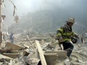 Feuerwehrleute und andere Rettungskräfte verbrachten Tage damit, die mit Schadstoffen durchsetzten Trümmer des World Trade Centers zu durchkämmen. Viele erkrankten an Atemwegserkrankungen oder Krebs. (Bild: KEYSTONE/AP/SHAWN BALDWIN)