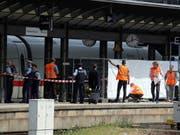 Polizisten schirmen ein Perron im Frankfurter Hauptbahnhof ab: Ein achtjähriger Bub und seine Mutter wurden vor einen einfahrenden ICE gestossen - das Kind überlebte nicht. (Bild: KEYSTONE/EPA/ARMANDO BABANI)