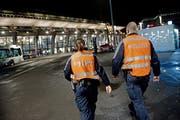 Zwei Mitarbeitende der Polizei auf Fusspatrouille beim Bahnhofplatz in Luzern. (Symbolbild: Pius Amrein)