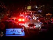 Polizei und Rettungskräfte sind nach einem Schusswaffenangriff auf einem Festival in Kalifornien im Einsatz. (Bild: KEYSTONE/AP San Jose Mercury News/NHAT V. MEYER)