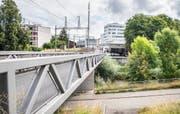 Nach der Überführung der Murg können Velofahrer bald hinab und unter der Eisenbahn hindurch zum Lindenweg fahren.Bild: Andrea Stalder