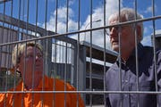 Die skrupellose Sylvia mit einem der Gefängnisaufseher. (Bild: PD)