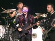 Eine Show im Zeichen der 80er Jahre: Die britische Rockband Muse um Frontmann Matt Bellamy (Mitte) begeisterte im Zürcher Hallenstadion trotz langatmigen Zwischenspielen. (Owen Sweeney/Invision/AP) (Bild: Keystone/AP Invision/OWEN SWEENEY)
