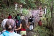 Die Zuschauergruppe wird im Guggenloch in Lütisburg zum Waldluftbad geladen. (Bild: Sascha Erni)
