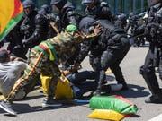 In Genf ist es am Samstag bei Protesten gegen den im Hotel Intercontinental logierenden Präsidenten Kameruns, Pau Biya, zu Auseinandersetzungen zwischen Gegnern und Befürwortern des Präsidenten gekommen. (Bild: KEYSTONE/MARTIAL TREZZINI)