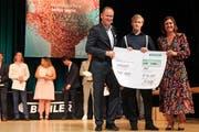Manuel Inauen aus Kirchberg hatte während seiner vier Lehrjahre einen Gesamtdurchschnitt von 5,48 erreicht. CEO Stefan Scheiber und Verwaltungsrätin Karin Bühler gratulierten ihm mit einem symbolischen Scheck über 1000 Franken.