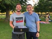 Claudio Künzli nimmt die Gratulationen vom Ermatinger Gemeindepräsidenten Urs Tobler entgegen. (Bild: PD)