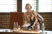 Nach dem Misstrauensvotum: Liechtensteins Ministerin Aurelia Frick packt ihre Unterlagen zusammen. (Bild: Gian Ehrenzeller/Keystone, Vaduz, 2. Juli 2019).