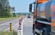 Die Vorbereitungen für den Deckbelagseinbau auf der Kantonsstrasse sind abgeschlossen. Ab Montag ist sie gesperrt. (Bild: Mario Testa)